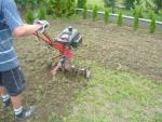 Hostivice - travní koberec - práce s kultivátorem