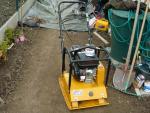 nástroje pro úpravu půdy - vibrační deska a kultivátor